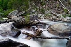 Linville流动在春天的河小瀑布 库存图片
