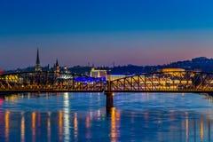 Linz domkyrka och järnvägsbro Arkivbild
