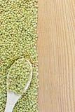 Linzen groene aan boord op de linkerzijde met lepel Royalty-vrije Stock Fotografie