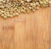 Linzen op houten korrel scherpe raad, in vierkant formaat voor sociale media, voedingsbloggen, banners en achtergronden Stock Afbeelding