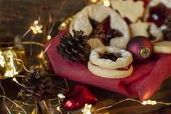 Linzer圣诞节曲奇饼 圣诞装饰,光 库存图片