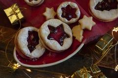 Linzer圣诞节曲奇饼 圣诞装饰,光 图库摄影