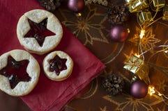 Linzer圣诞节曲奇饼 圣诞装饰,光 库存照片