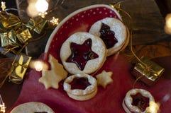 Linzer圣诞节曲奇饼 圣诞装饰,光 免版税库存照片