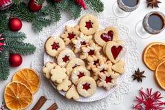 Linzer julkakor ordnade på en platta, bästa sikt arkivfoton