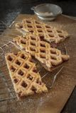 Linzer-Torte ist traditioneller österreichischer Kuchen mit einem Gitterentwurf auf das Gebäck stockbilder