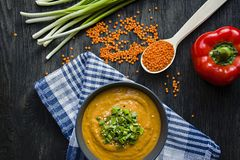 Linzesoep met greens Gezonde Levensstijl Dieet menu Donkere houten achtergrond Mening van hierboven stock foto's