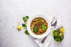 Linzesoep met groenten in een witte plaat, witte achtergrond, hoogste mening Installatie gebaseerd voedsel, het schone eten royalty-vrije stock afbeeldingen