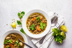 Linzesoep met groenten in een witte plaat, witte achtergrond, hoogste mening Installatie gebaseerd voedsel, het schone eten stock afbeelding