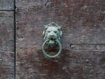 Lion& x27; 在老门的s顶头中世纪通道门环 库存图片