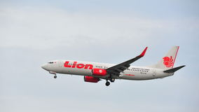 Lion Air Boeing 737-800 die bij Changi Luchthaven landen Stock Afbeeldingen