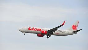 Lion Air Boeing 737-800 que aterriza en el aeropuerto de Changi Imagenes de archivo