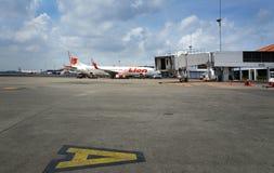 Lion Air flygplan som parkeras på Soekarno-Hatta den internationella flygplatsen Arkivbild