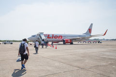 Lion Air Plane tailandés aterrizado en el aeropuerto de Suratthani Fotografía de archivo libre de regalías
