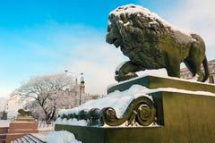 Lion au remblai d'Amirauté, St Petersburg, Russie Photographie stock libre de droits