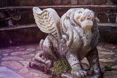 Lion avec des ailes de pierre Photos stock