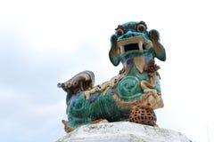 Lion chinois découpé par pierre Photo stock