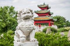 Lion chinois et pagoda japonaise Zen Garden de gardien photo libre de droits
