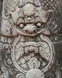 Lion chinois sur le soldat avec le plein plan rapproché de sculpture en décoration de tradition image libre de droits