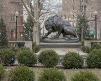 Lion Crushing en orm av Antoine-Louis Barye, Rittenhouse fyrkant, Philadelphia, Pennsylvania arkivfoton