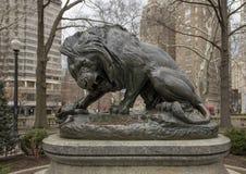 Lion Crushing en orm av Antoine-Louis Barye, Rittenhouse fyrkant, Philadelphia, Pennsylvania arkivbild