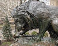 Lion Crushing en orm av Antoine-Louis Barye, Rittenhouse fyrkant, Philadelphia, Pennsylvania arkivbilder