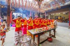 Lion Dance meridional en la ceremonia de inauguración del ojo, pagoda de señora Thien Hau, Vietnam Imagenes de archivo