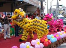 Lion Dancers Perform en la ceremonia de inauguración Imagen de archivo libre de regalías