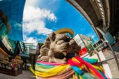 Lion de Fu/chien de Fu/chien/lion chinois de gardien utilisant l'écharpe colorée, Bangkok Photos stock