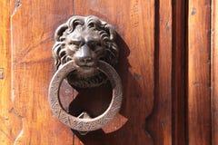 Lion de heurtoirs de trappe sur une vieille trappe photo stock