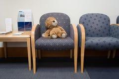 Lion de jouet dans la salle d'attente d'hôpital Photo libre de droits