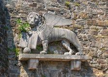 Lion de St Mark sur le mur du château historique à Gorizia, Italie images stock