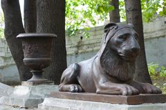 Lion effréné de fonte à l'ancien manoir à Moscou photos libres de droits
