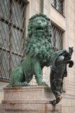 Lion en bronze avec le bouclier image libre de droits