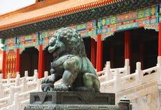 Lion en bronze dans Cité interdite Photographie stock