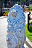 Lion en pierre blanc peu commun photos stock