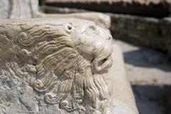 Lion en pierre dans le trône Images stock
