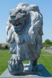 Lion en pierre, statue d'un lion, lion avec une boule photographie stock libre de droits