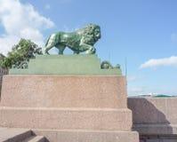 Lion en pierre sur le bord de mer Photo libre de droits