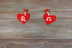 Lion et échelles signes du zodiaque et de coeur Backgroun en bois Image stock