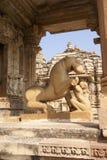Lion et jeune femme image stock