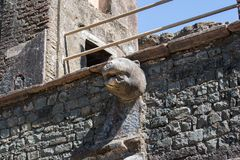 Lion Faced Water Outlet au toit du bâtiment historique photo libre de droits