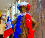 Lion Francja, Czerwiec, - 16, 2016: Szczęśliwy Francuski zwolennik - tkactwo od rattan postaci przy kawa domem Zdjęcie Stock