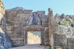 Lion Gate - der Haupt- Eingang der Bronzezeitalterzitadelle von Mycenae in Süd-Griechenland mit Entlastungsskulptur von zwei Löwi stockfotos