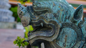 Lion Guardian em, templo de Wat Phra Chetupon Vimolmangklararm Wat Pho, Tailândia fotos de stock