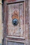 Lion Head Knocker en la puerta de madera vieja, Zagreb, Croacia fotografía de archivo libre de regalías