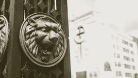 Lion Head no poste de luz no Sepia A fotos de stock royalty free