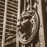 Lion Head no poste de luz no Sepia B fotos de stock