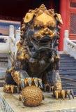 Lion impérial masculin guilded traditionnel de gardien avec le symbole image libre de droits