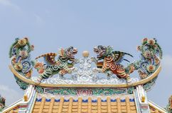 Lion jumeau de vol sur le toit dans le style chinois Images libres de droits